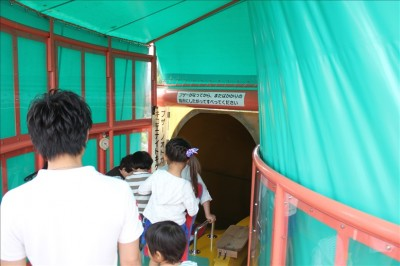 展望滑り台の出発点で順番を待つ子供達の姿