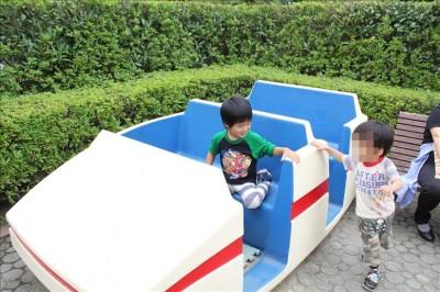 展望滑り台の前にある車の遊具