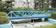 ミニトレインの走行途中にある青い鉄橋