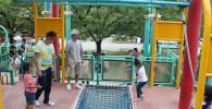 ミニターザンロープで遊ぶ親子の姿
