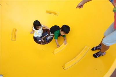 黄色いあり地獄で遊ぶ3歳の息子