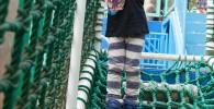 網のアスレチックで遊ぶ幼児