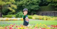 大花壇のお花畑で3歳の息子を撮影