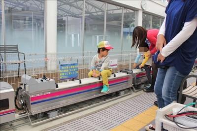ミニ京王電車に乗車する息子