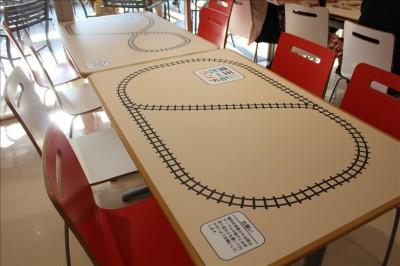線路の絵が描かれた休憩所のテーブル