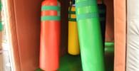 カラフルなサンドバックの様な遊具