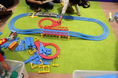 プラレールを組み立てて遊ぶ家族