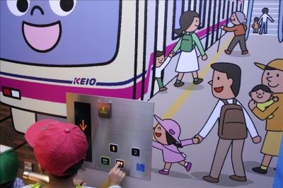 電車の絵が描かれたエレベーター