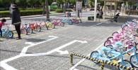 様々な色のレンタル自転車置き場