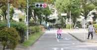 交通公園T字路の信号が赤の場面