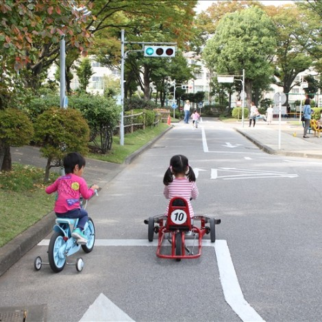 T字路交差点で停止する自転車とゴーカート