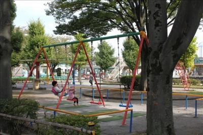 交通公園の遊具広場のブランコ