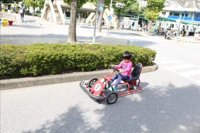3番の赤いゴーカートに乗る息子3歳
