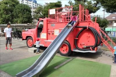 滑り台付き赤い消防車