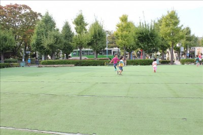 人工芝の上を走り回る子供達