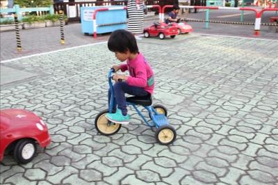 青い三輪車で遊ぶ3歳の息子