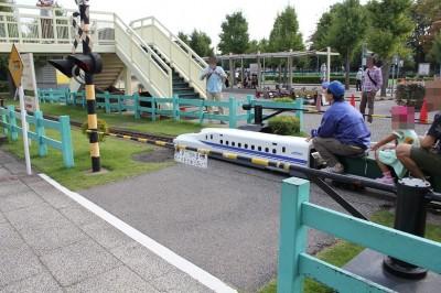水平型踏切を通過するミニ新幹線N700系