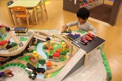 木のレールを汽車を走らせて遊ぶコーナー