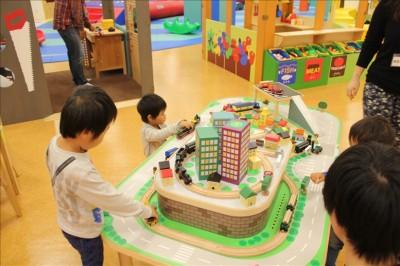 木の列車や車を走らせて遊ぶコーナー