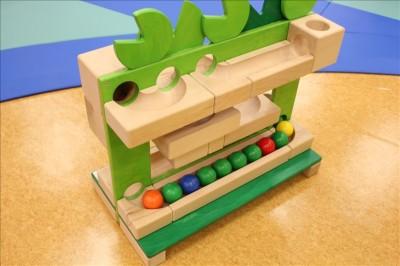 玉をゴロゴロ転がして遊ぶボーネルンドのおもちゃ