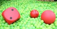 ボールプールにある大きな赤いボールと大きなサイコロ