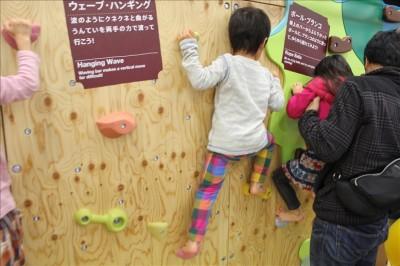 クライミングに挑戦する3歳児