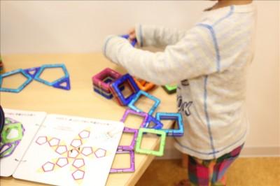 磁石のブロックで遊ぶ3歳児
