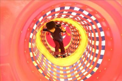 色鮮やかなトンネルアスレチック
