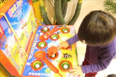 モグラ叩きゲームで遊ぶ幼児