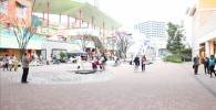 昼間のビナウォーク中央広場の様子