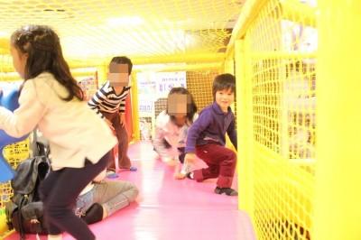 子供たちが室内アスレチックので遊ぶ様子