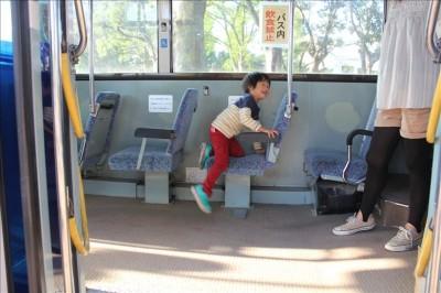 郷土の森公園展示バスの中で遊ぶ3歳児