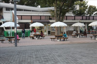売店前の広場とベンチとパラソル
