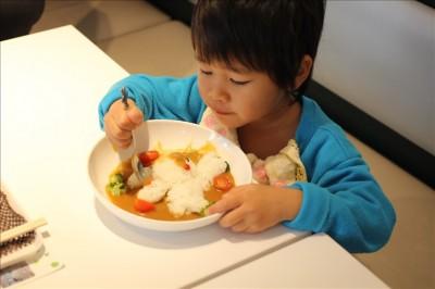 お子様カレーを食べる3歳児
