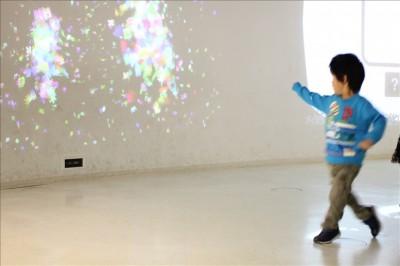 デジタルキャンパスで体を動かすと光が集まって絵になる様子