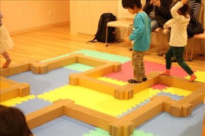 ワークショップスタジオで遊ぶ子供たち