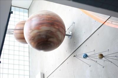 階段の脇に展示されている天体模型