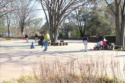 槻の木広場でローラースケート