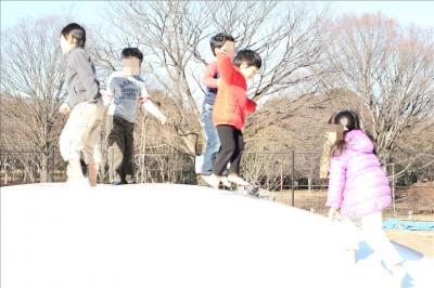小金井公園のフワフワドームでピョンピョン飛び跳ねる子供達