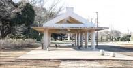 ゆりの木広場の屋根付きベンチ
