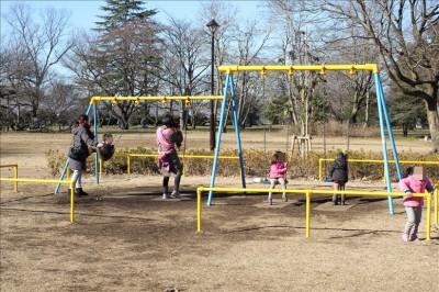 幼児向け公園のブランコ