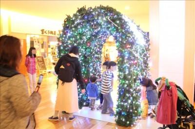 クリスマスイルミネーションのトンネル
