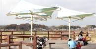 公園の展望屋根付きベンチ