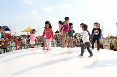 ふわふわドームでジャンプする3歳の男子