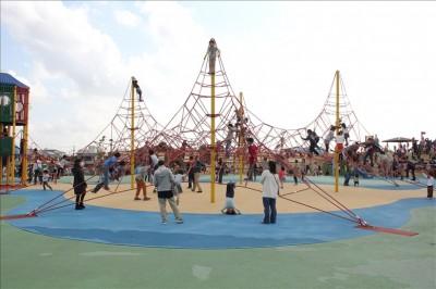 ピラミッド型の大きなアスレチック遊具