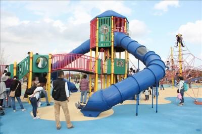 青いトンネル滑り台付きの大型遊具