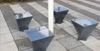 パラソルの下の石のベンチ