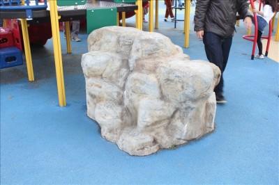 ゴツゴツした岩の遊具