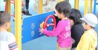 幼児遊具コーナーの赤いハンドル