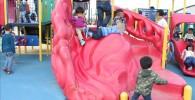 幼児向けの赤いユニークな滑り台